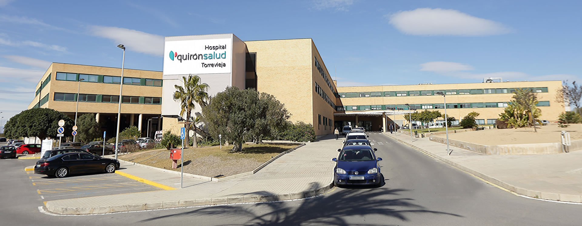 Exterior del Hospital Quirónsalud Torrevieja donde se encuentra localizada la clínica dental Marta Vallés