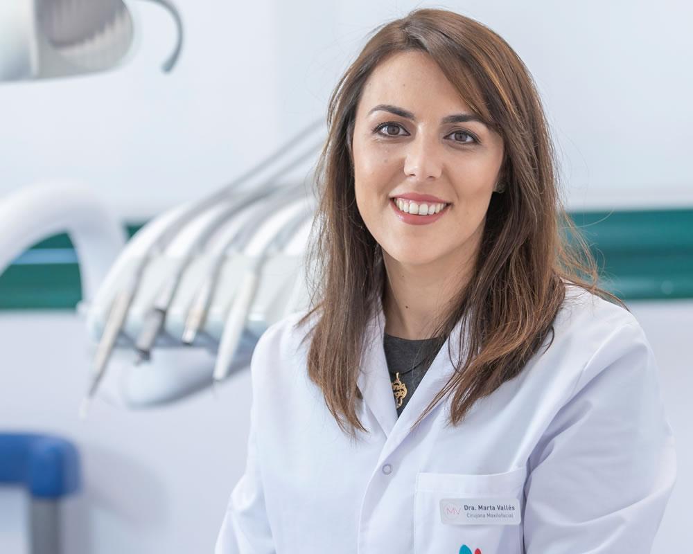 La Dra. Marta Vallés, directora de la clínica dental Marta Vallés en Torrevieja, es odontóloga y cirujana oral y maxilofacial.