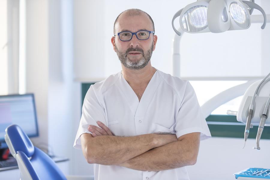 El Dr. César Castillo es especialista en Odontología y Rehabilitación Dental