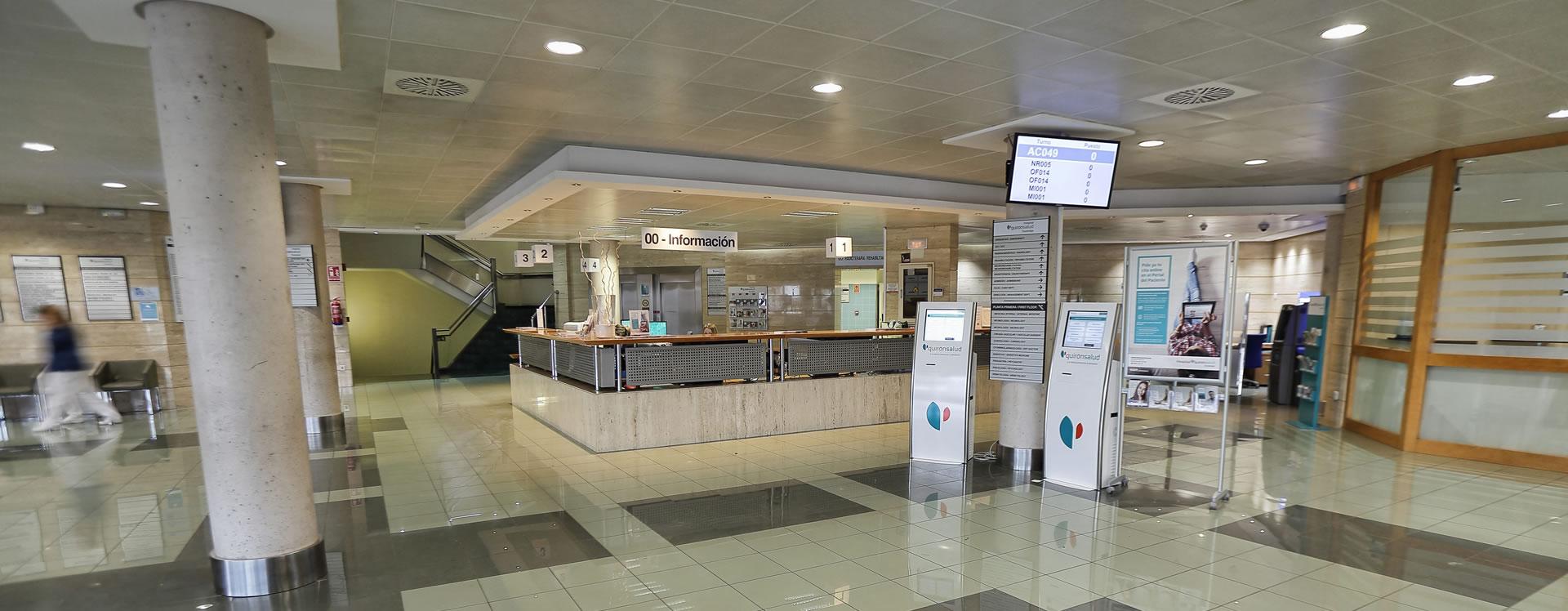 Hall de entrada del Hospital Quirónsalud Torrevieja donde se encuentra la clínica dental Marta Vallés